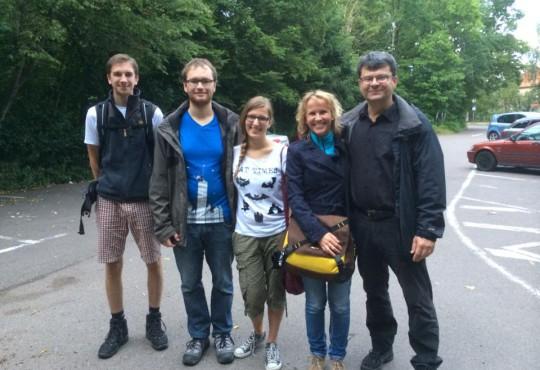 Auf geht's zur Flkedermauswanderung. Mit Dietmar Weihrich MdL (links)
