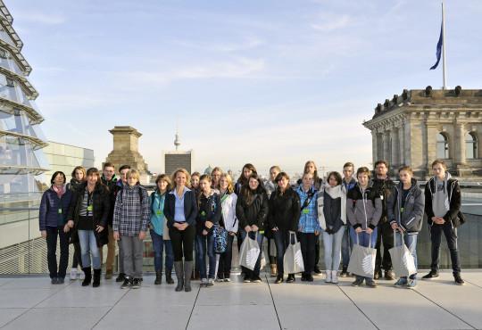 Schüler der Philipp-Melanchthon-Gesamtschule zusammen mit Steffi Lemke auf der Kuppel des Reichstagsgebäudes